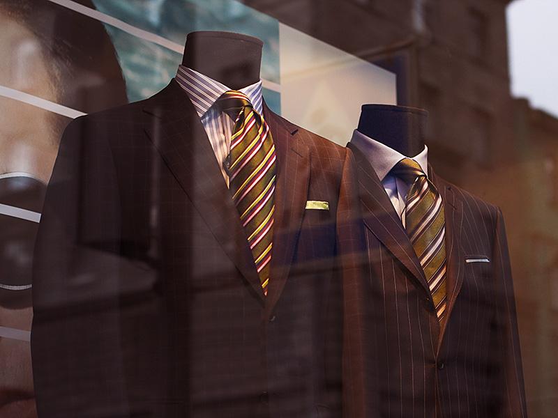 UV-Schutzfolie - Anzüge in einem Schaufenster