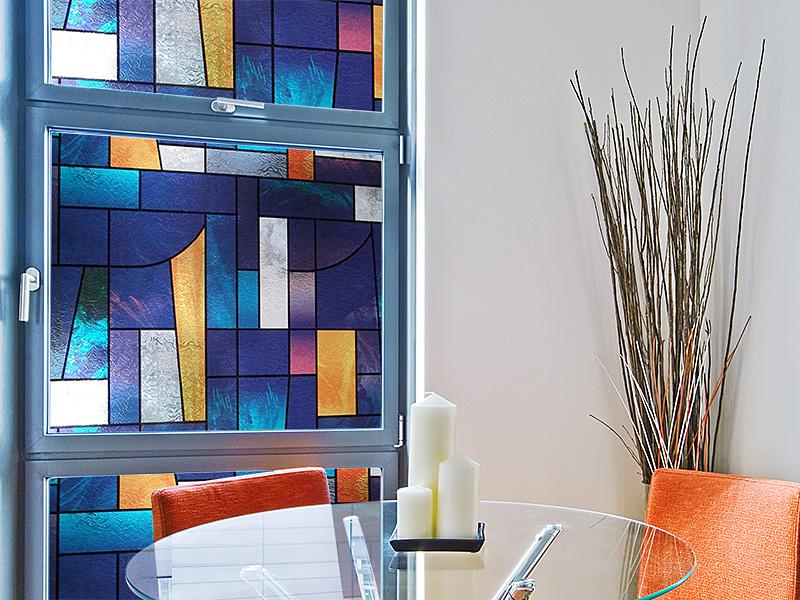 Fensterscheibe dekoriert mit blauer Tiffany Dekorfolie