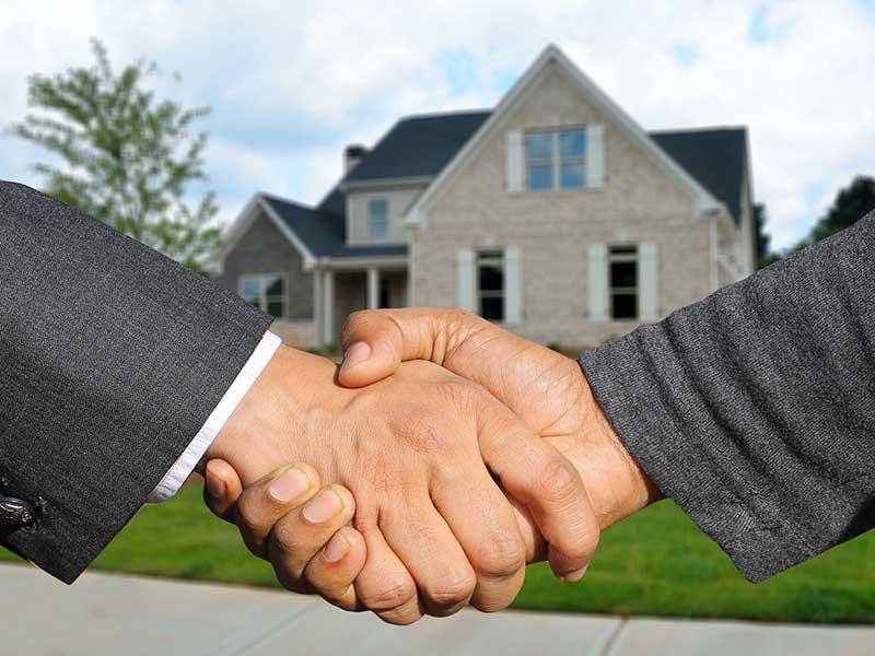 Immobilienkauf - Vertragspartner reichen sich die Hände